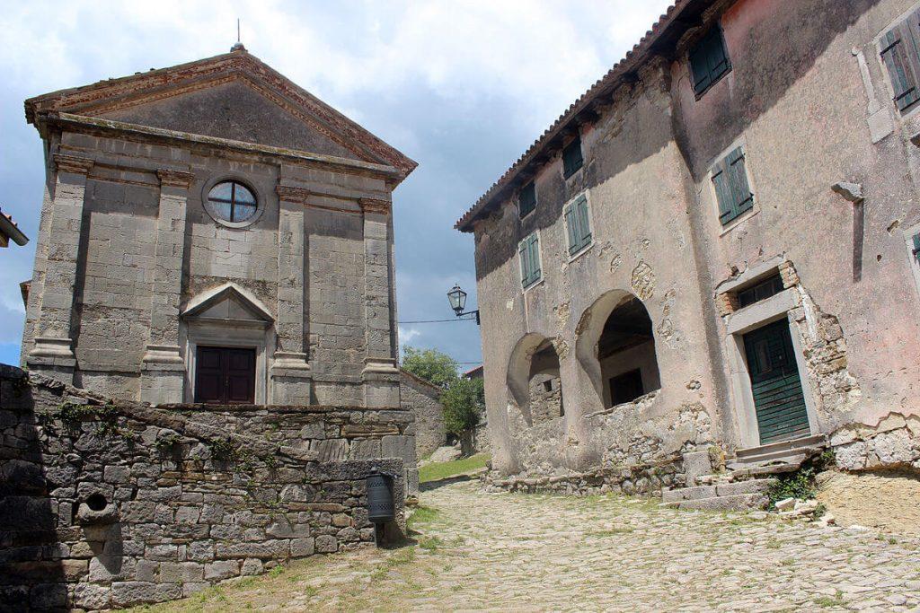 Zniszczony kościół w miejscowości Hum
