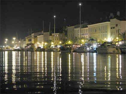Wyspa Cres nocą, w tym port.