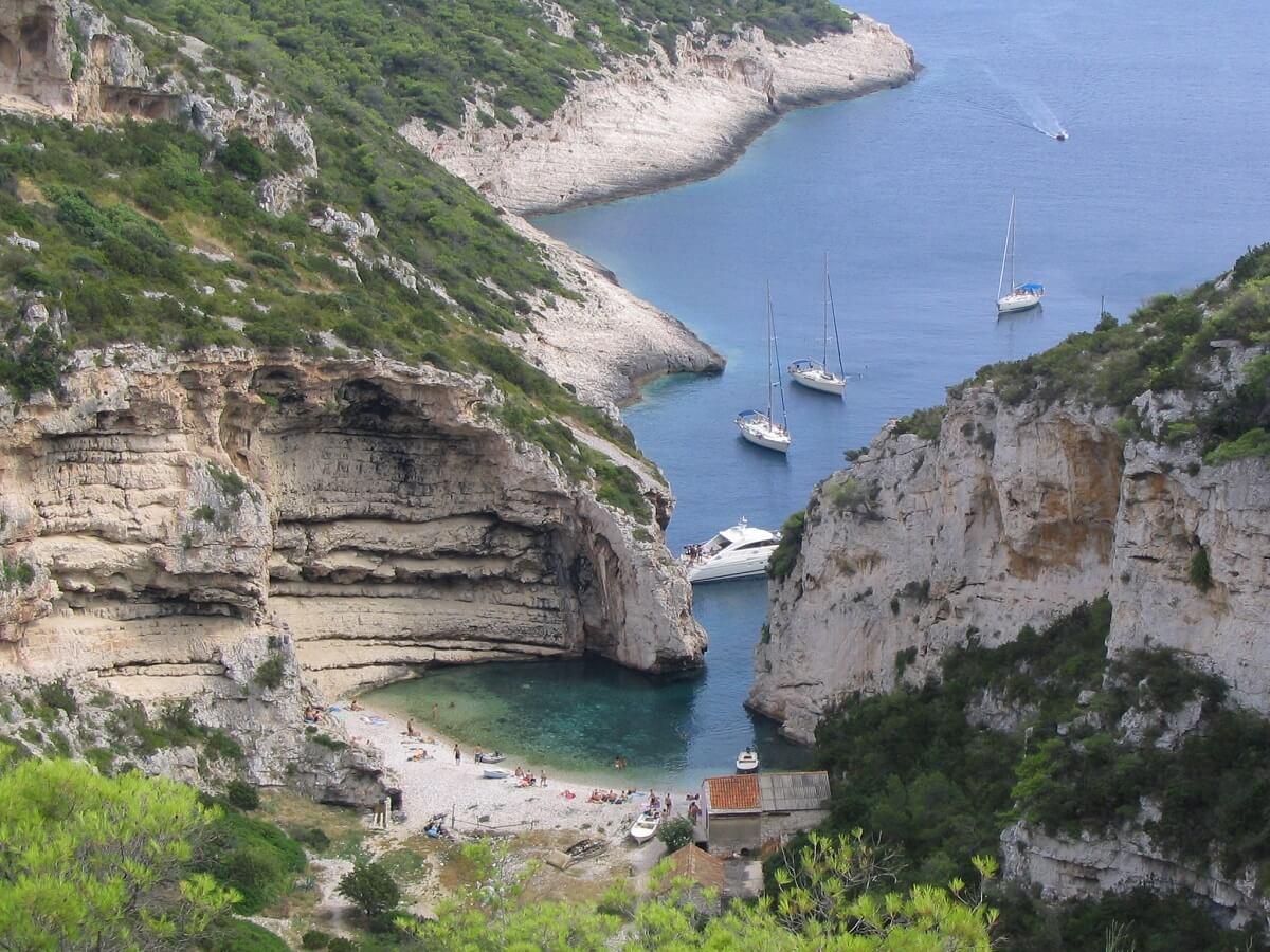 plaża pośród klifów na wyspie Vis w Chorwacji